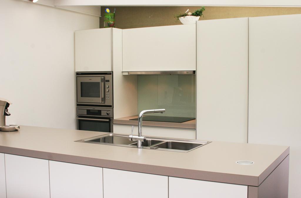 Moderne keuken in veranda aanbouw aan woning car interior design - Keuken verandas ...