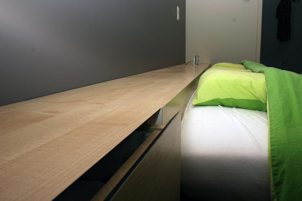 Slaapkamer Nachtkastjes : Nachtkastjes in moderne slaapkamer 11i ...